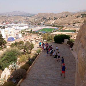 Les multiactividades d'estiu de la regidoria d'Esports arriben al castell i a les cases-cova de la muralla