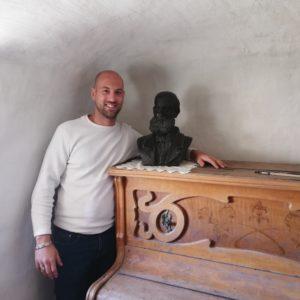 Descendent sevillà de l'Oncle Galbis visita Petrer a la recerca del bust del seu avantpassat