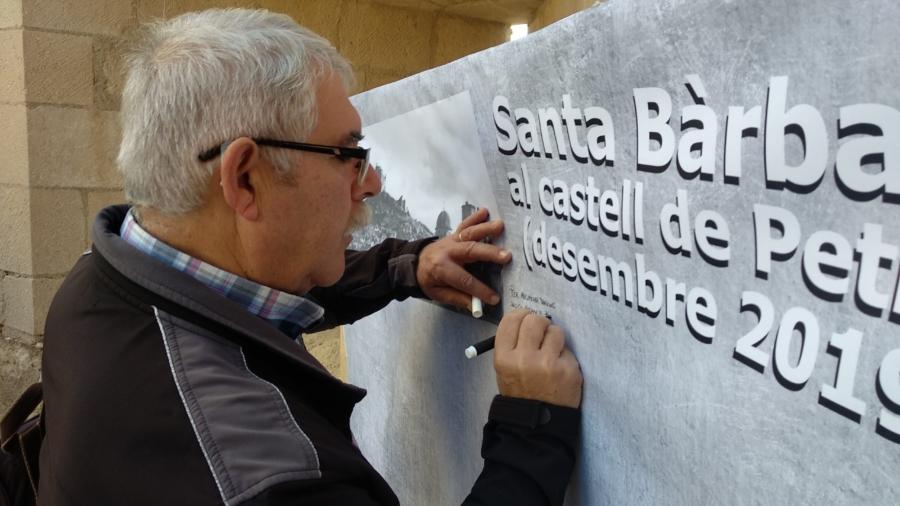 Visitantes firmando su visita al Castillo