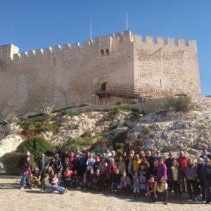 Un grupo de Piratas de Elda visita el castillo, las casas-cueva y el Museo Dámaso Navarro de Petrer