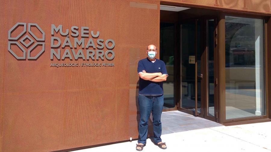 Fachada museo y director